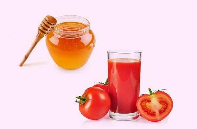 Mật ong và cà chua giúp xử lý mụn đầu đen ở mũi hiệu quả