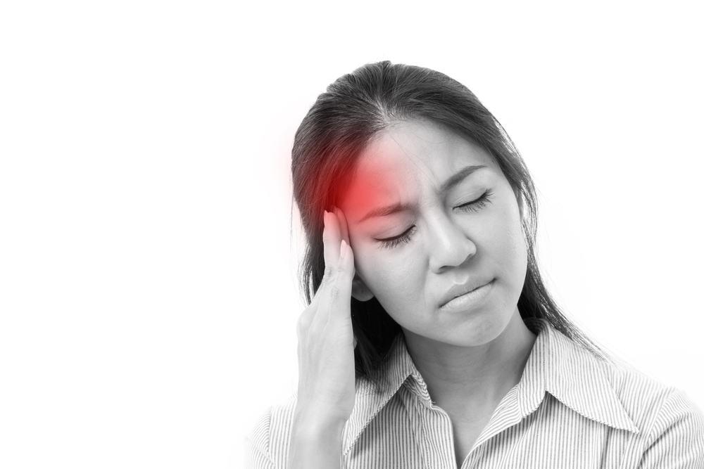 Đau đầu là tác dụng phụ thường gặp khi dùng thuốc ngừa thai trị mụn trứng cá