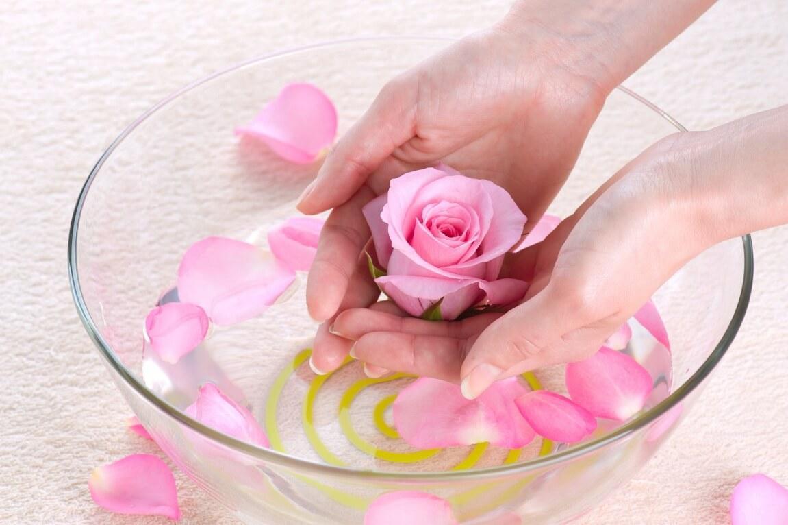 Xông hơi nước hoa hồng trị mụn