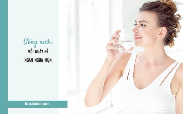 ăn uống ngừa mụn bằng cách uống nước mỗi ngày