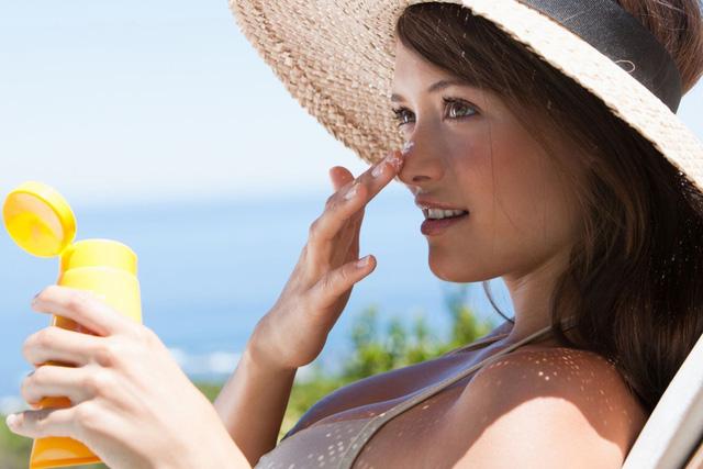 Thoa kem chống nắng là nguyên tắc cần nhớ khi điều trị vết thâm mụn