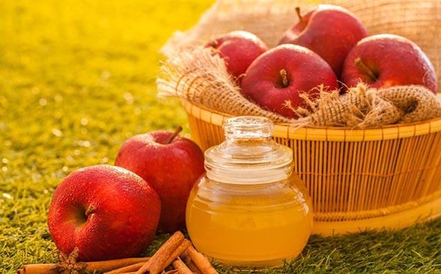 Cách làm mờ vết thâm mụn bằng giấm táo