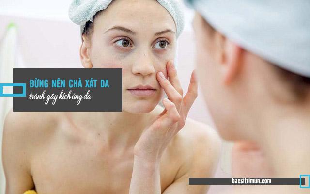 Tránh chà xát khi chăm sóc cho da dầu bị mụn