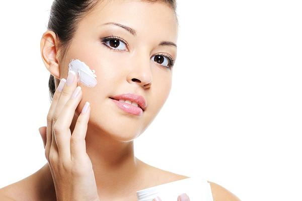 Cách chăm sóc da mặt bằng kem dưỡng ẩm
