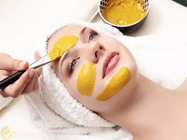 Đắp mặt nạ nghệ lên da làm lành các tổn thương