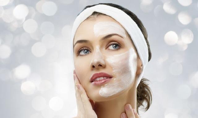 thoa kem dưỡng chăm sóc da sau khi điều trị mụn đầu đen ở má