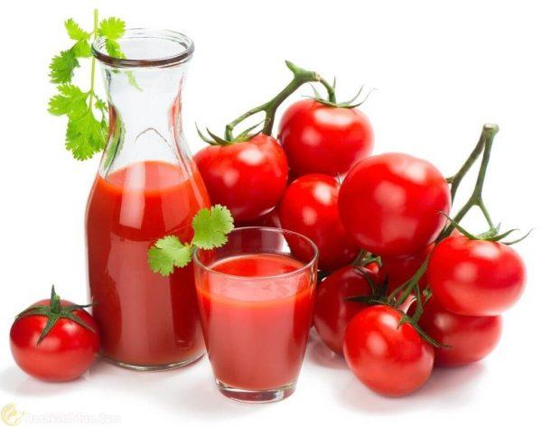 Trị mụn cám ở cằm, hai bên má và trên trán bằng nước cà chua