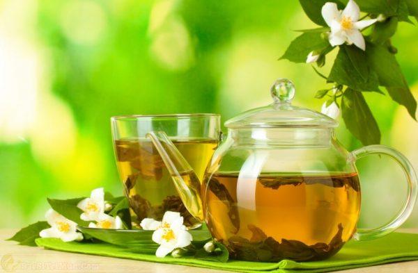 Trị mụn cám ở cằm má và trán bằng cách uống nước trà xanh