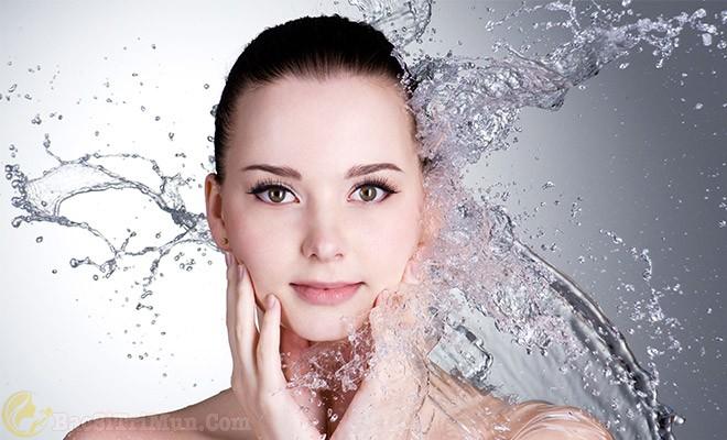 Rửa sạch da mặt để loại bỏ bụi bẩn tích tụ trên da