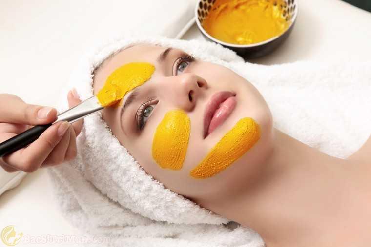đắp mặt nạ nghệ dưỡng ẩm cho da