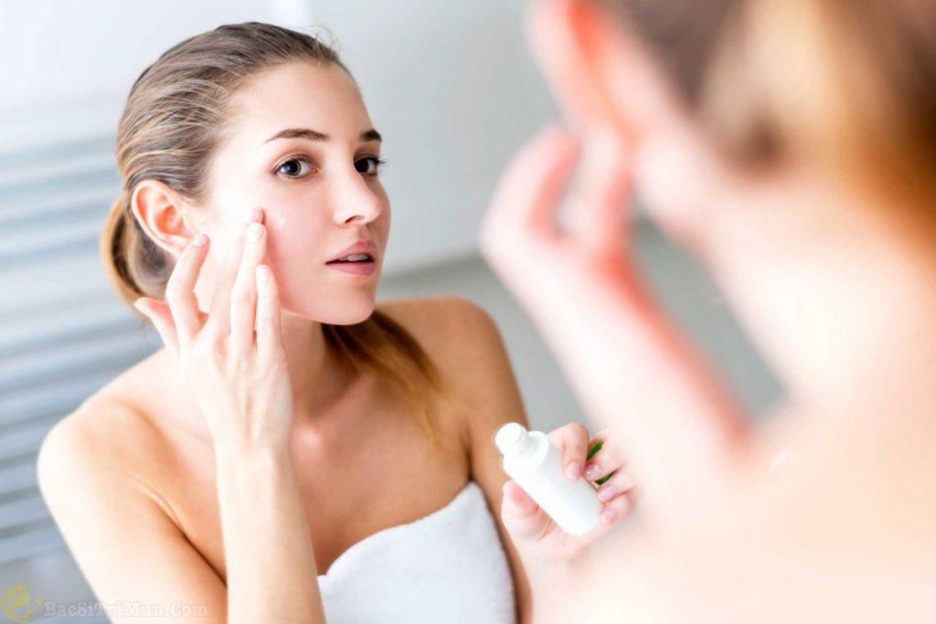 Rửa sạch mặt và thoa nước hoa hồng cho da