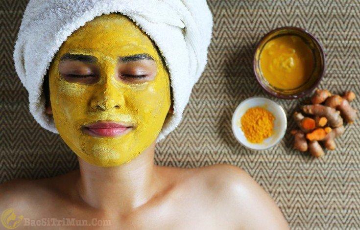Đắp mặt nạ nghệ dưỡng da sau khi nặn mụn