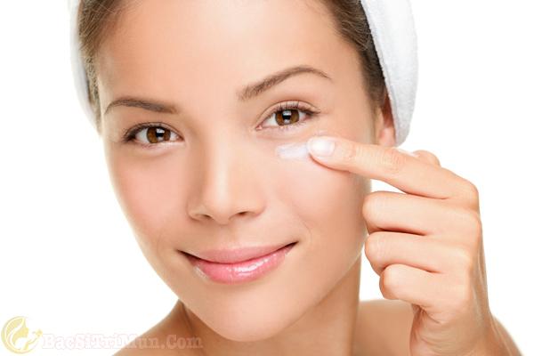 Sử dụng kem dưỡng da dành riêng cho vùng mắt