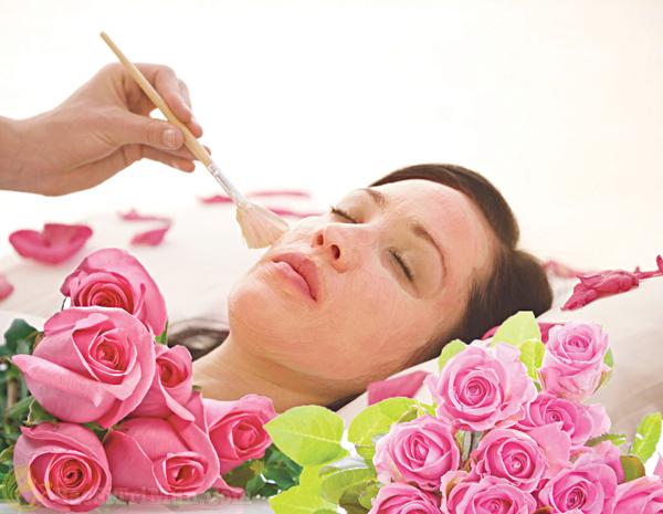Bôi nước hoa hồng cân bằng độ ẩm cho da