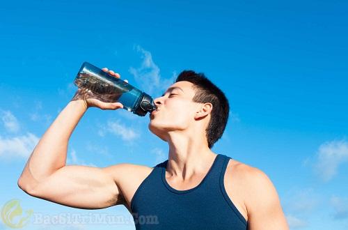 Uống đủ nước mỗi ngày giúp cân bằng độ ẩm cho da