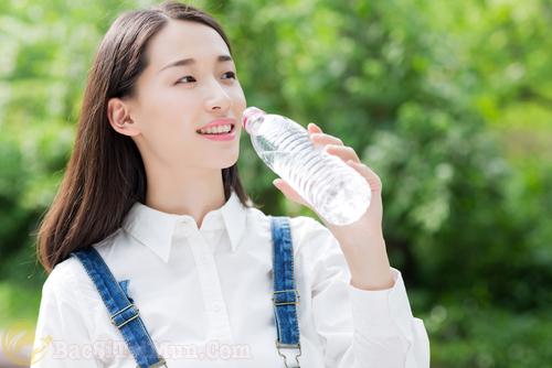Uống đủ nước mỗi ngày, hạn chế tình trạng sẹo thâm hiệu quả