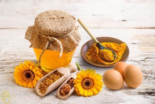 Nghệ tươi, trứng gà và mật ong - Mặt nạ trị thâm mụn lâu năm