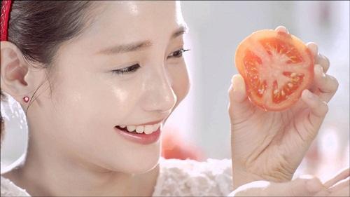 Đắp trực tiếp cà chua lên bề mặt da
