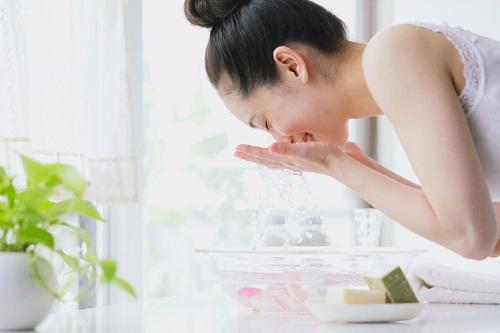 Vệ sinh da sạch sẽ điều trị mụn ẩn