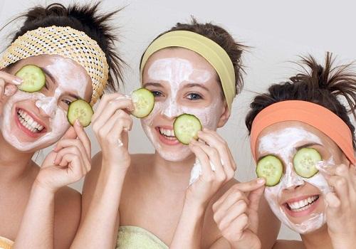 Đắp mặt nạ trị mụn ẩn dưới da