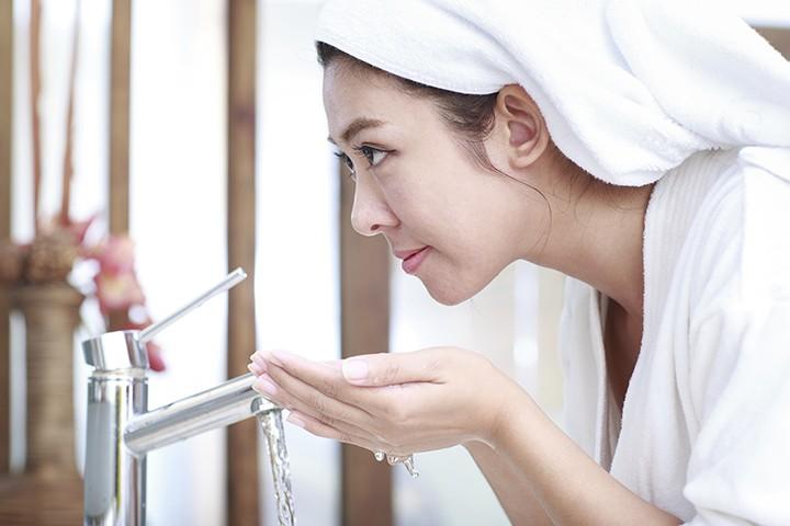 Vệ sinh da mặt sạch sẽ giúp trị mụn ẩn hai bên má