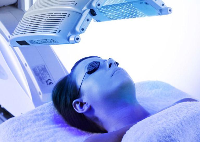 Phương pháp trị mụn an toàn bằng công nghệ blue light