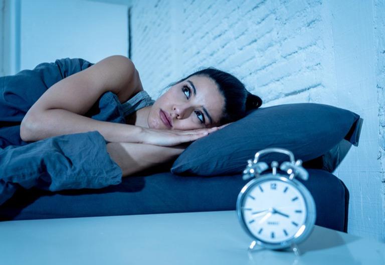 Tránh thức khuya khi đang điều trị mụn