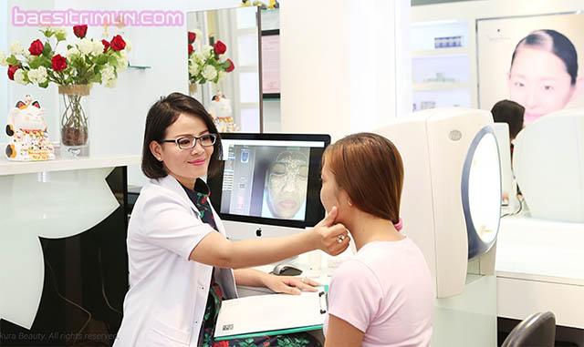 Bác sĩ thăm khám, tư vấn trước khi trị mụn bằng laser