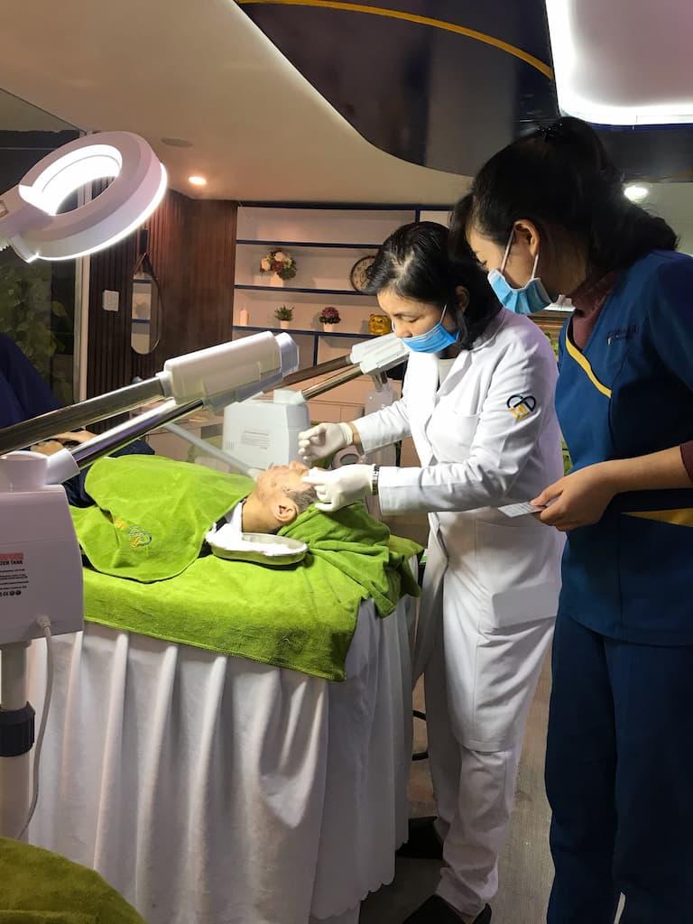 Dịch vụ chăm sóc da được thực hiện bởi đội ngũ kỹ thuật viên lành nghề, giàu kinh nghiệm