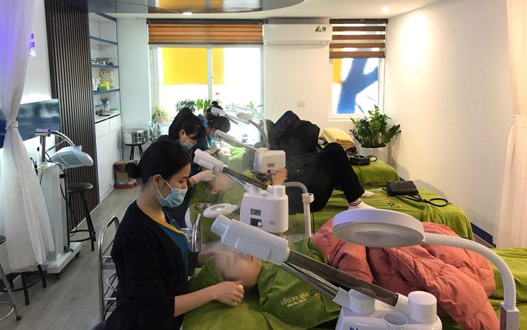 Hình ảnh các khách hàng chăm sóc da tại Trung tâm Da liễu Đông y Việt Nam