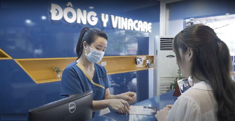Nhờ người quen Linh đã biết tới Viện Da liễu Hà Nội Sài Gòn và đã quyết định tới đó khám da và trị mụn